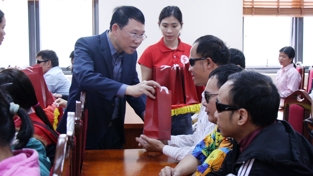 AIC, smart phones, visually impaired people, Bac Giang province, Red Cross Society, smart application,  vulnerable and disabled people, humanitarian activities
