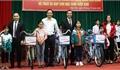 Trưởng Ban Dân vận Tỉnh ủy Phạm Văn Thịnh tặng quà hộ nghèo và học sinh huyện Hiệp Hòa