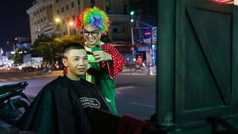Saigon man dresses up as clown, cuts hair for street people