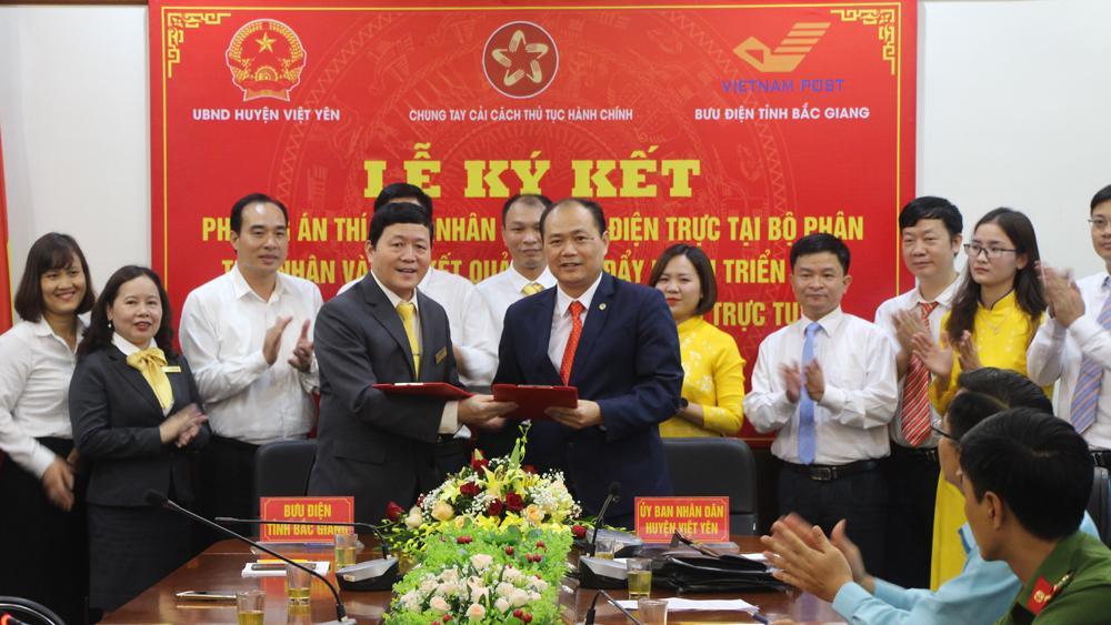 Đại diện lãnh đạo Bưu điện tỉnh và UBND huyện Việt Yên ký kết thí điểm nhân viên Bưu điện trực tại bộ phận tiếp nhận và trả kết quả tại huyện Việt Yên.