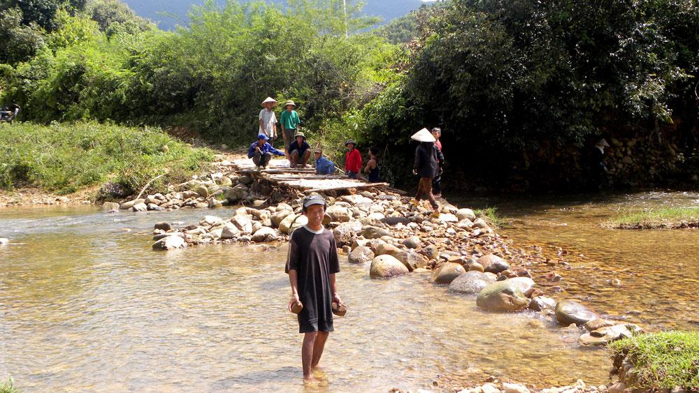 Người dân xã Lục Sơn kê đá làm cầu qua suối Nước Vàng.