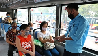 Hanoi requires wearing masks in public spaces to prevent virus resurgence