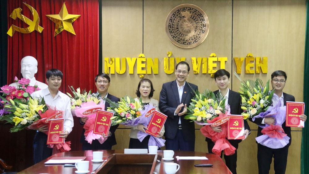 Huyện ủy Việt Yên công bố các quyết định về công tác cán bộ