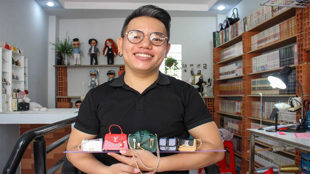 Colorblind artisan creates miniature doll pouches