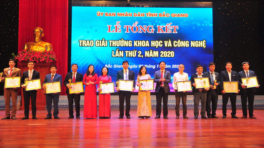 Các đồng chí lãnh đạo tỉnh trao thưởng cho các tác giả đoạt giải lĩnh vực nông nghiệp.