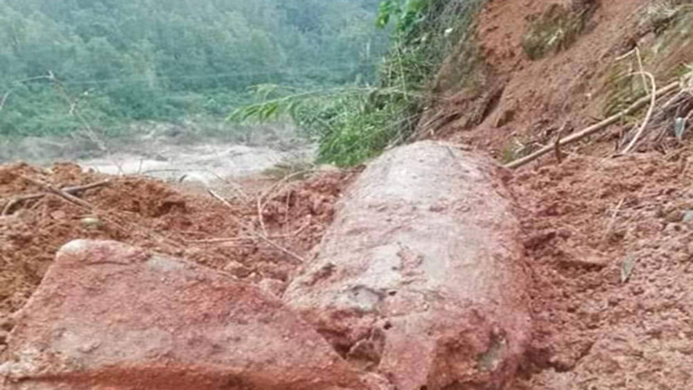 Central province blocks off highway to dispose of 300-kg bomb