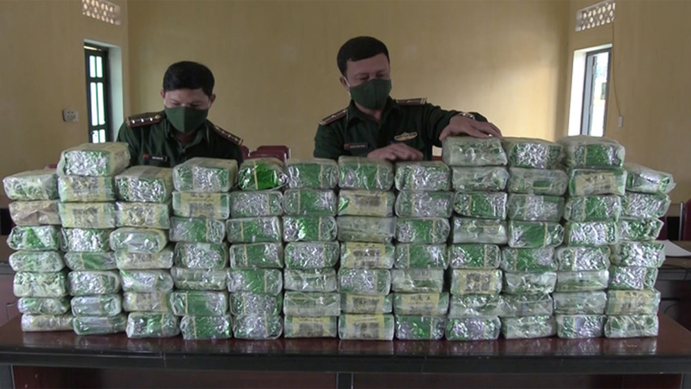 Smugglers flee, leaving behind 100 kg of meth in Nghe An
