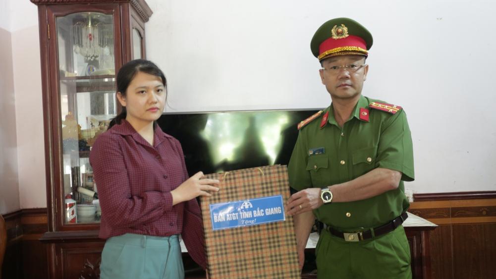 Đại tá Thân Văn Duy, Phó Giám đốc Công an tỉnh Bắc Giang tặng quà gia đình nạn nhân TNGT ở Lục Ngạn