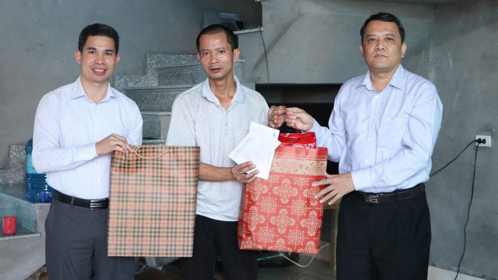 Thăm, tặng quà gia đình nạn nhân tai nạn giao thông tại Hiệp Hòa
