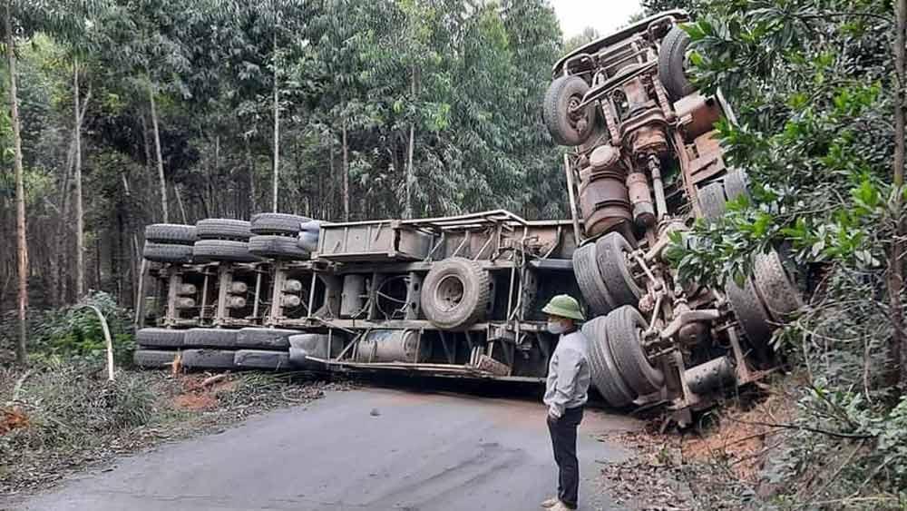 Yên Thế:  Tài xế nhầm đường, xe rơ móc chở gỗ bị lật