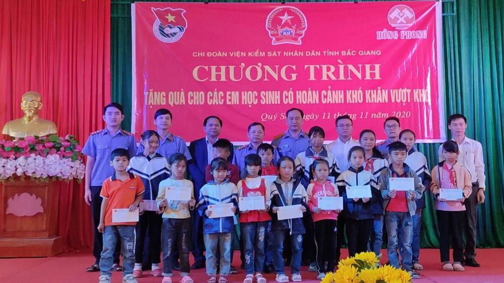 Chi đoàn Viện KSND tỉnh Bắc Giang tặng quà học sinh nghèo vượt khó