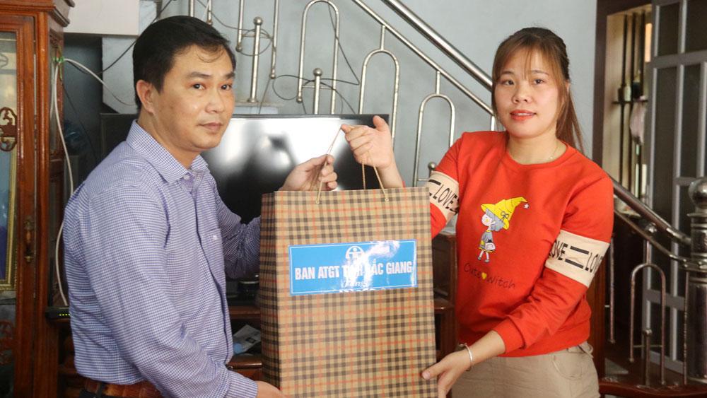 Thăm, tặng quà gia đình nạn nhân TNGT tại huyện Việt Yên