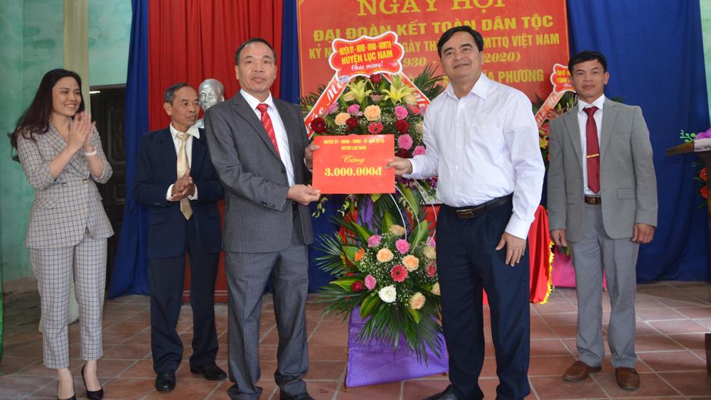 Lãnh đạo huyện Lục Nam tặng quà thôn Quỷnh Sành.