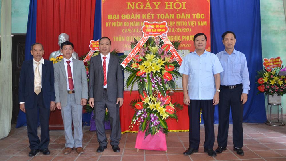Đồng chí Vũ Mạnh Thắng và Trịnh Hữu Bàn tặng hoa thôn Quỷnh Sành.