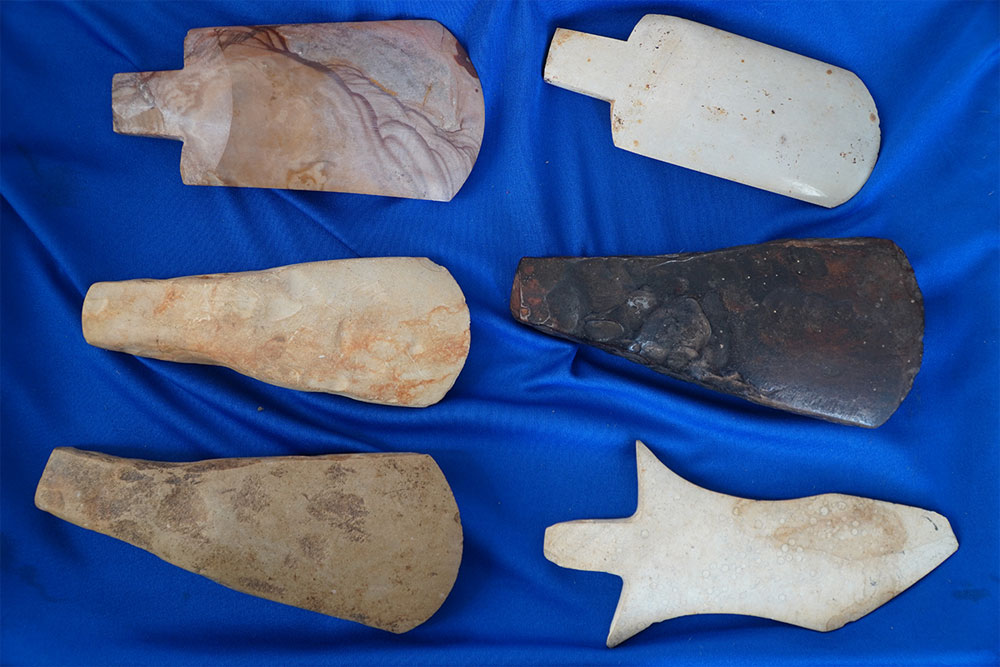 Collector, spends decades, 15,000 prehistoric artifacts, Van Dinh Thanh, peculiar household decorations, historic values