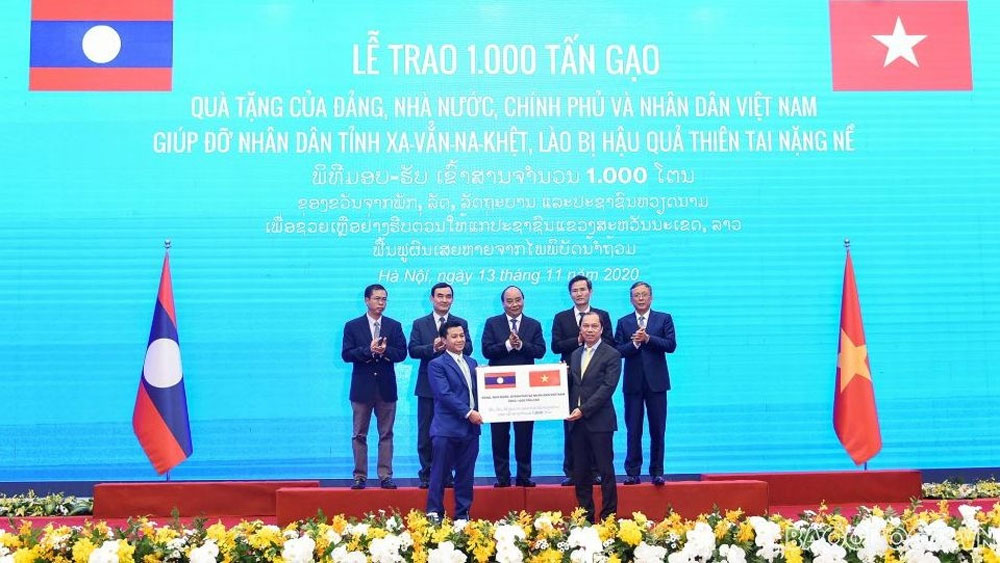 Vietnam, presents rice, Lao flood-hit people, relief aid, hand-over ceremony, meaningful donation, great friendship, special solidarity, comprehensive cooperation
