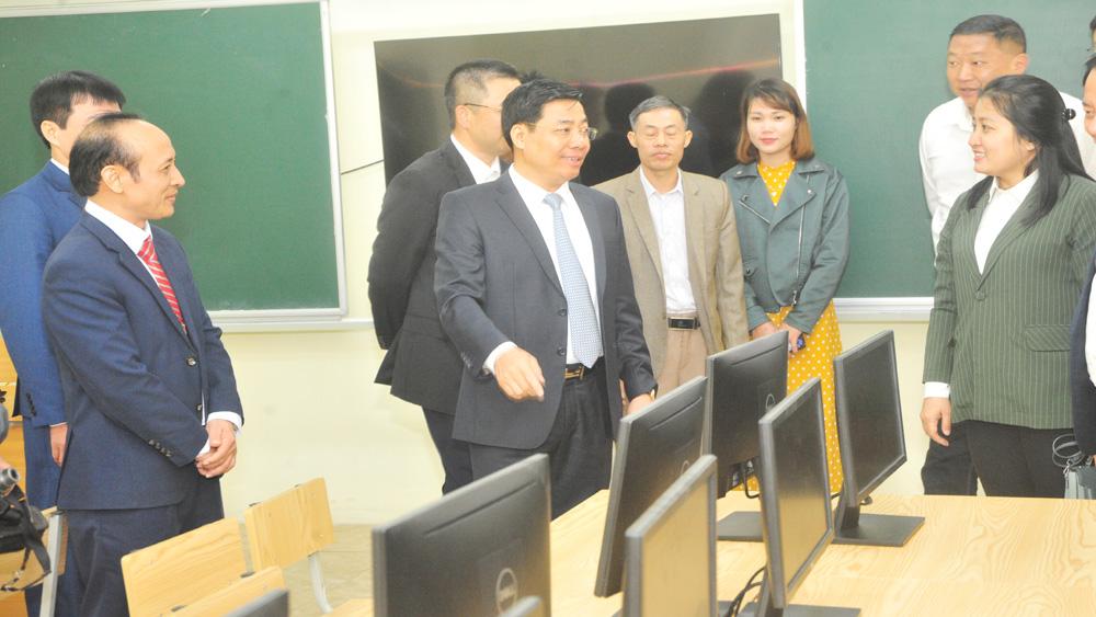 Bí thư Tỉnh ủy, Chủ tịch UBND tỉnh Dương Văn Thái dự lễ trao tặng hai phòng máy vi tính cho trường học