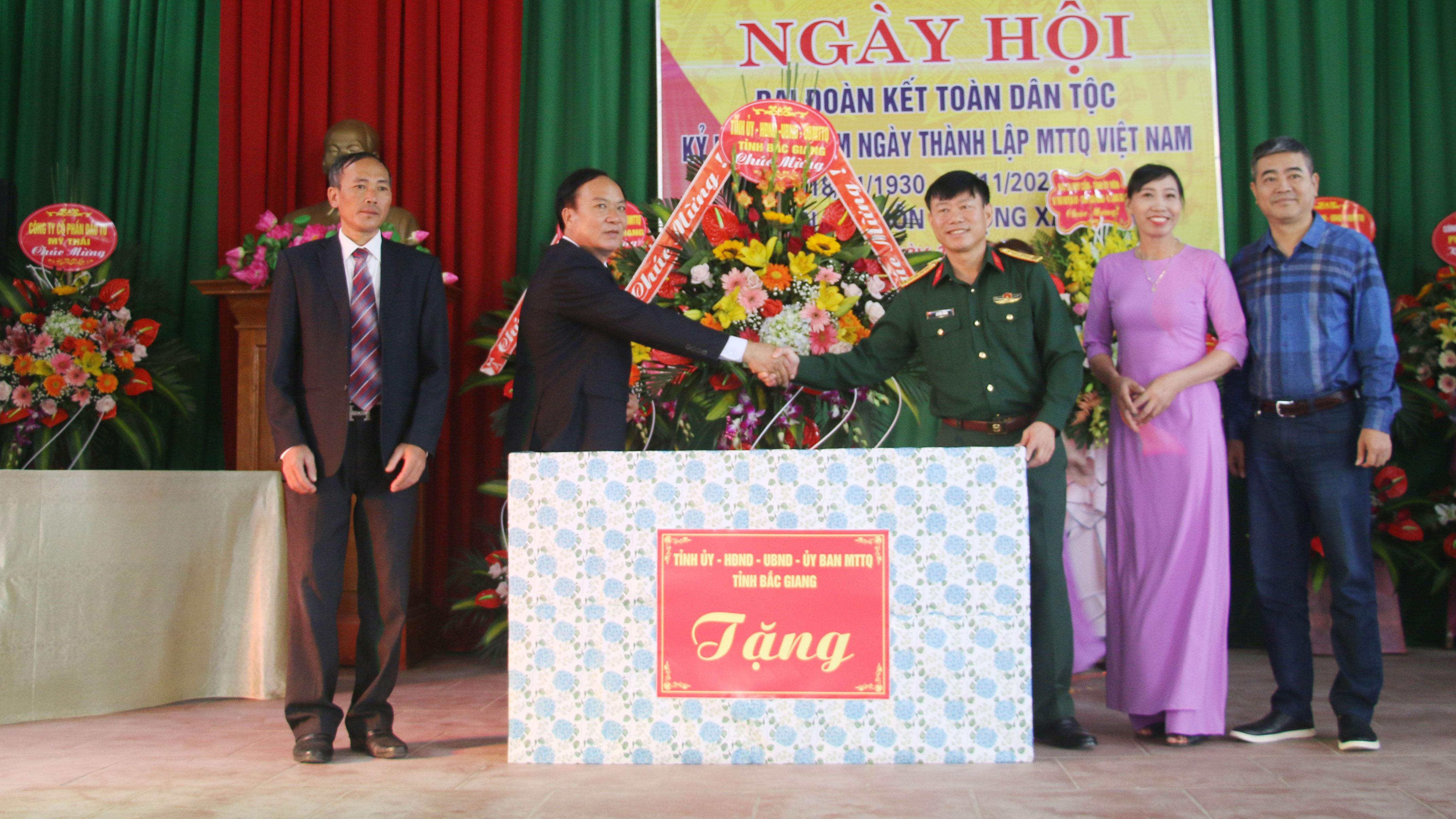 Chỉ huy trưởng Bộ CHQS tỉnh dự Ngày hội đại đoàn kết tại huyện Lạng Giang