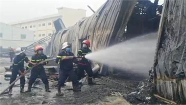 Bắc Giang: Hỏa hoạn lớn tại công ty sản xuất nhựa chống cháy, một công nhân bị thương