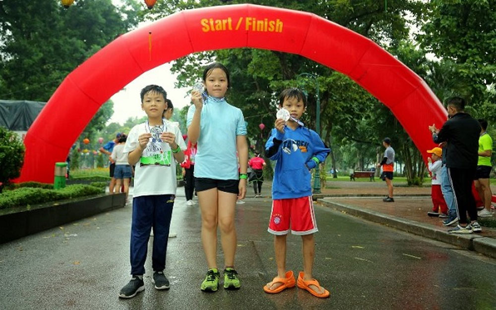 Nearly 1,000 people, run for a healthy Vietnam, Thong Nhat Park, spirit of sport, warm sentiments,  quality medical services