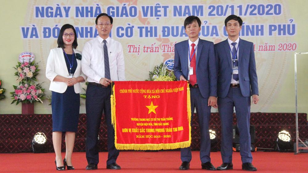 Trường THCS thị trấn Thắng (Hiệp Hòa) đón nhận Cờ thi đua của Chính phủ