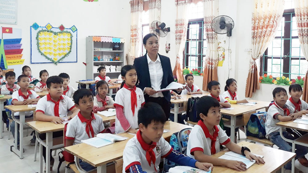 Teachers, wholeheartedly and creatively, devote to teaching career, Bac Giang province, Teacher's Day, emulative ranking table, great contribution
