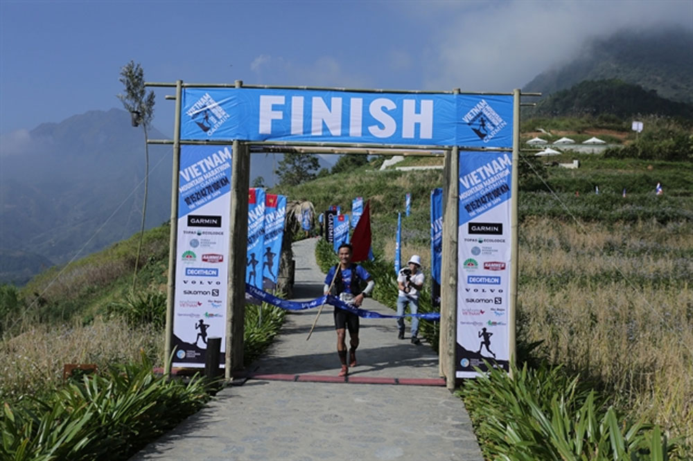 Vietnamese runners, score victories, mountains of Sa Pa, Tran Duy Quang, Nguyen Thi Duong, Vietnam Mountain Marathon 2020, most challenging race