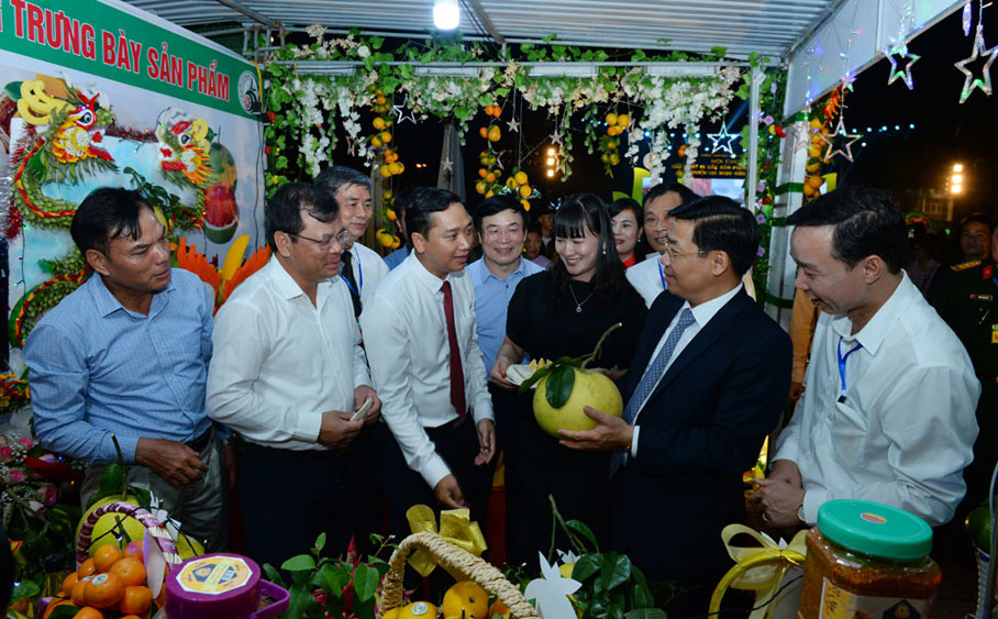 Luc Ngan fair for orange, pomelo and signature products creates good impression on enterprises, visitors and local residents