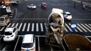 Tài xế đánh lái thần tốc tránh bị xe bồn đè trúng