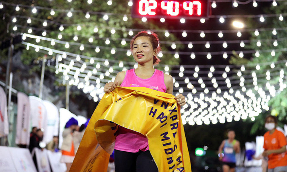 VnExpress Marathon, lives up, Hanoi nightlife, 5,500 runners, first large-scale night run, kid-friendly activities
