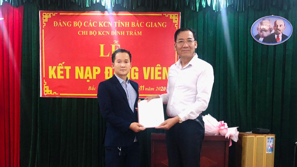 Đảng bộ Các khu công nghiệp tỉnh Bắc Giang: Kết nạp 19 công nhân, lao động vào Đảng