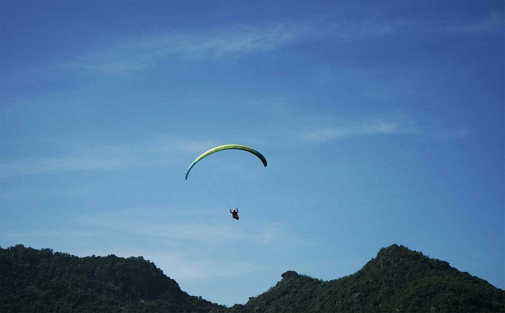Ox race show, large crowds, Mekong Delta, distinctive feature, Khmer ethnic culture, paragliding event, local tourism
