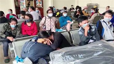 """Gần 1.000 hành khách """"mắc kẹt"""" ở ga Nha Trang"""