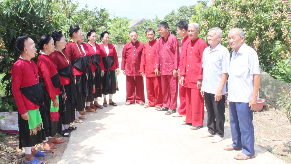 Meritorious artisan Tran Van Ba  passes down soong co songs