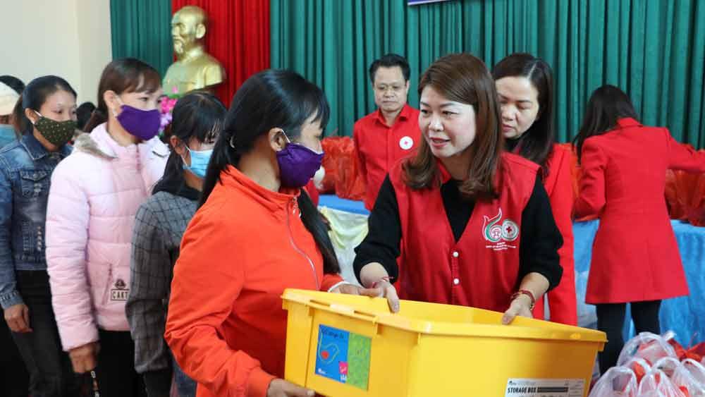 Hội Chữ thập đỏ TP Hà Nội trao 200 suất quà cho hộ nghèo xã Đèo Gia