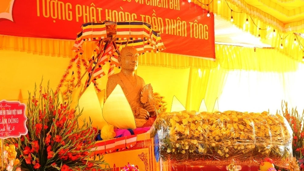Statue paraded in commemoration of Emperor Tran Nhan Tong