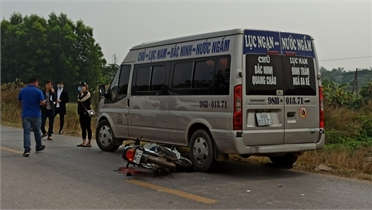 Bắc Giang: Bị văng vào ô tô khách sau khi va chạm với xe bồn khiến người đi xe máy trọng thương