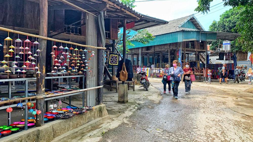 Du khách nước ngoài tham quan bản Lác. Ảnh:Xuân Mai (Vietnam+).