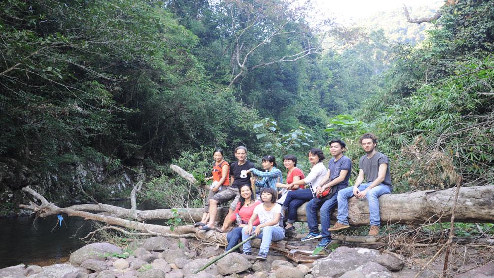 Du khách nước ngoài trải nghiệm tại rừng Khe Rỗ, xã An Lạc (Sơn Động).