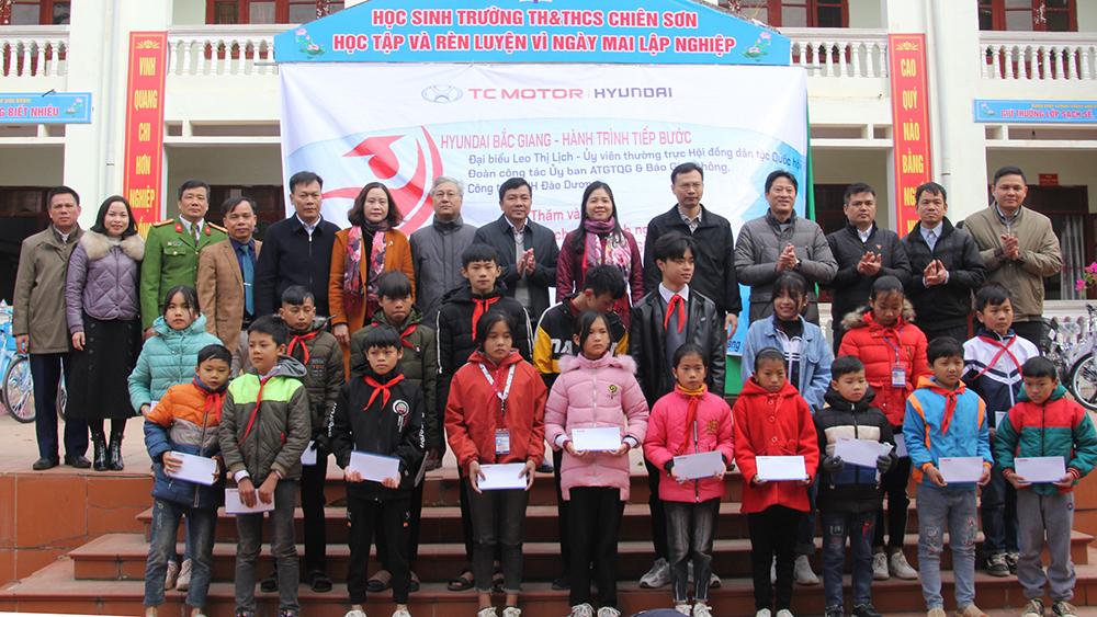 Tặng xe đạp và học bổng cho học sinh nghèo huyện Sơn Động