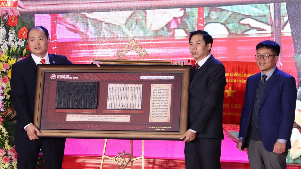 Đại diện Cục Văn thư và Lưu trữ nhà nước (Bộ Nội vụ) trao Bản khắc mộc triều Nguyễn về việc thành lập huyện Việt Yên cho Đảng bộ, chính quyền và nhân dân huyện Việt Yên.
