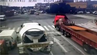 Tấm thép lớn cắt phăng đầu xe tải, tài xế thoát chết thần kỳ