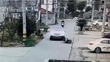 Thanh niên ngã xe máy bị cuốn vào gầm ôtô