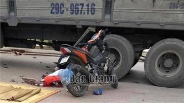 Bắc Giang: Hai xe ngược chiều va chạm, một người tử vong