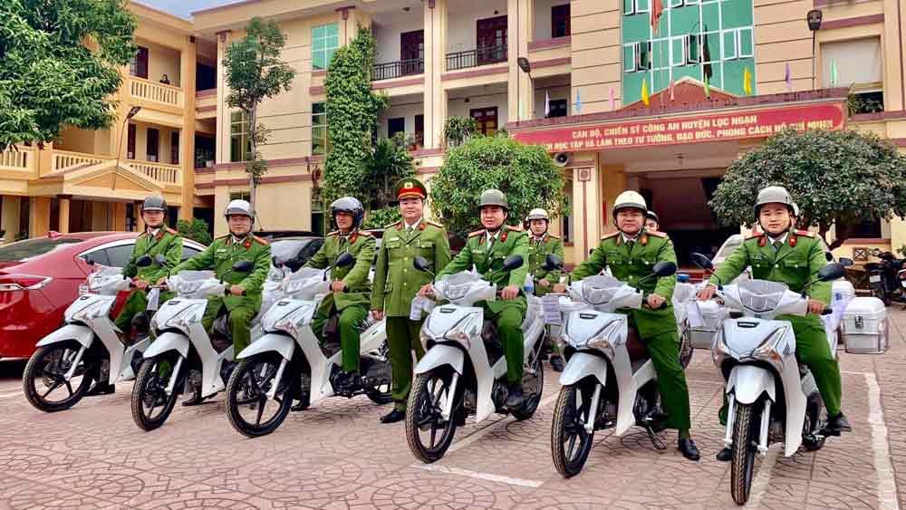 Công an huyện Lục Ngạn bàn giao 29 xe mô tô cho lực lượng công an xã chính quy