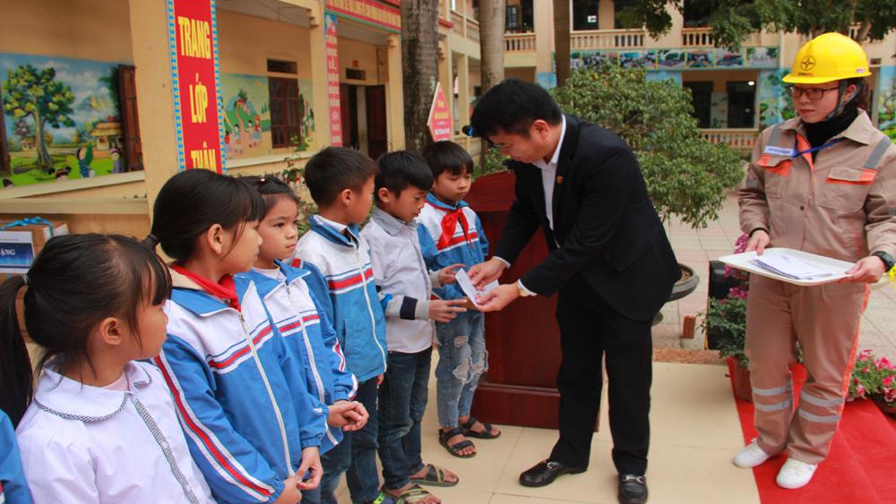 Tổng Công ty Điện lực miền Bắc tặng quà học sinh tiểu học xã Hợp Thịnh