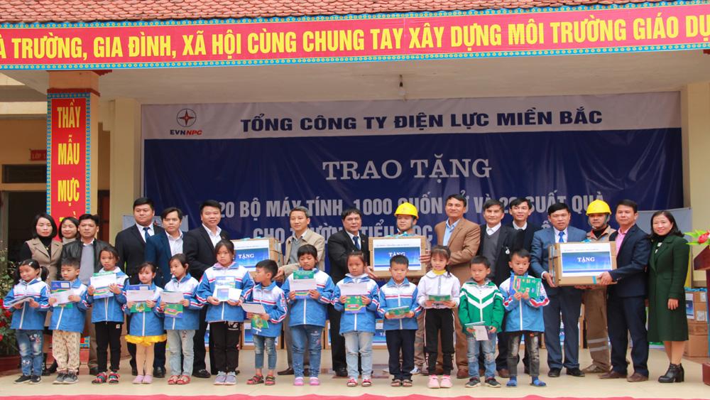Tổng Công ty Điện lực miền Bắc trao 20 bộ máy tính và 1 nghìn cuốn vở viết cho Trường Tiểu học Hợp Thịnh số 2 (Hiệp Hòa).