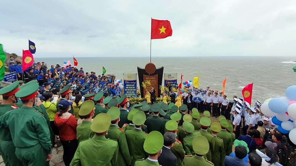 Lễ chào cờ và đón những du khách đầu tiên năm 2021 tại điểm cực Đông trên đất liền