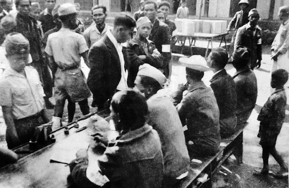 Khu vực bỏ phiếu trong Ngày Tổng tuyển cử 6/1/1946.                    (Ảnh tư liệu TTXVN).