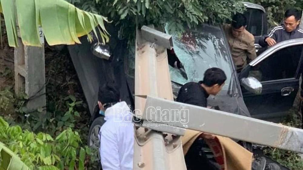 Bắc Giang: Xe con lao xuống gần gầm cầu, một người nguy kịch
